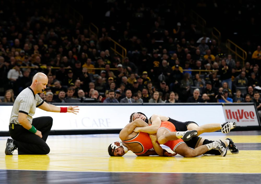 Iowa's Spencer Lee defeats Oklahoma State's Nick Piccininni at 125 pounds