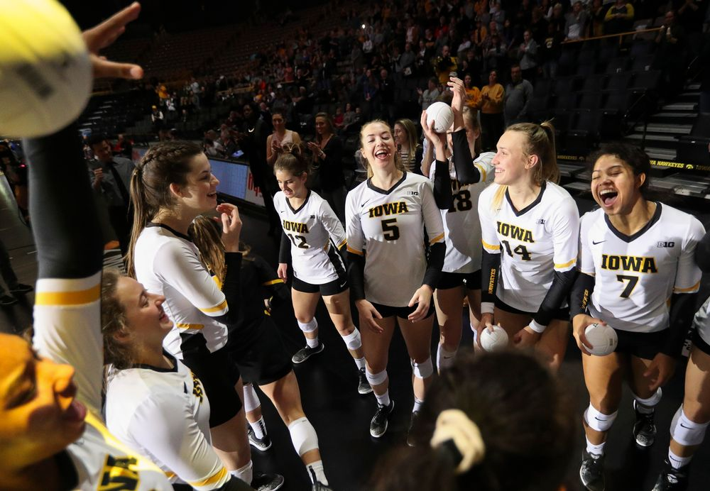 Members of the Iowa Hawkeyes volleyball team huddle up before a match against Rutgers at Carver-Hawkeye Arena on November 2, 2018. (Tork Mason/hawkeyesports.com)