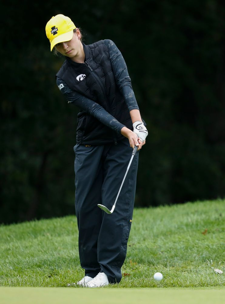 Iowa's Dana Lerner chips onto the green during the final round of the Diane Thomason Invitational at Finkbine Golf Course on September 30, 2018. (Tork Mason/hawkeyesports.com)
