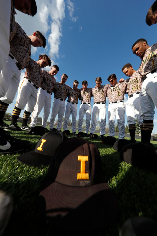 The Iowa Hawkeyes gather before their game against Oklahoma State Friday, May 4, 2018 at Duane Banks Field. (Brian Ray/hawkeyesports.com)