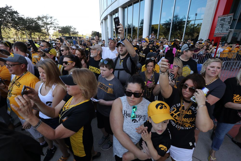 Fans cheer as the Iowa Hawkeyes arrive for the Outback Bowl Tuesday, January 1, 2019 at Raymond James Stadium in Tampa, FL. (Brian Ray/hawkeyesports.com)