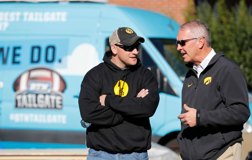 Guest Picker Pat Angerer talks with Henry B. and Patricia B. Tippie Director of Athletics Chair Gary Barta as the BTN Tailgate does a live show Saturday, September 22, 2018 at Hubbard Park on the University of Iowa Campus. (Brian Ray/hawkeyesports.com)