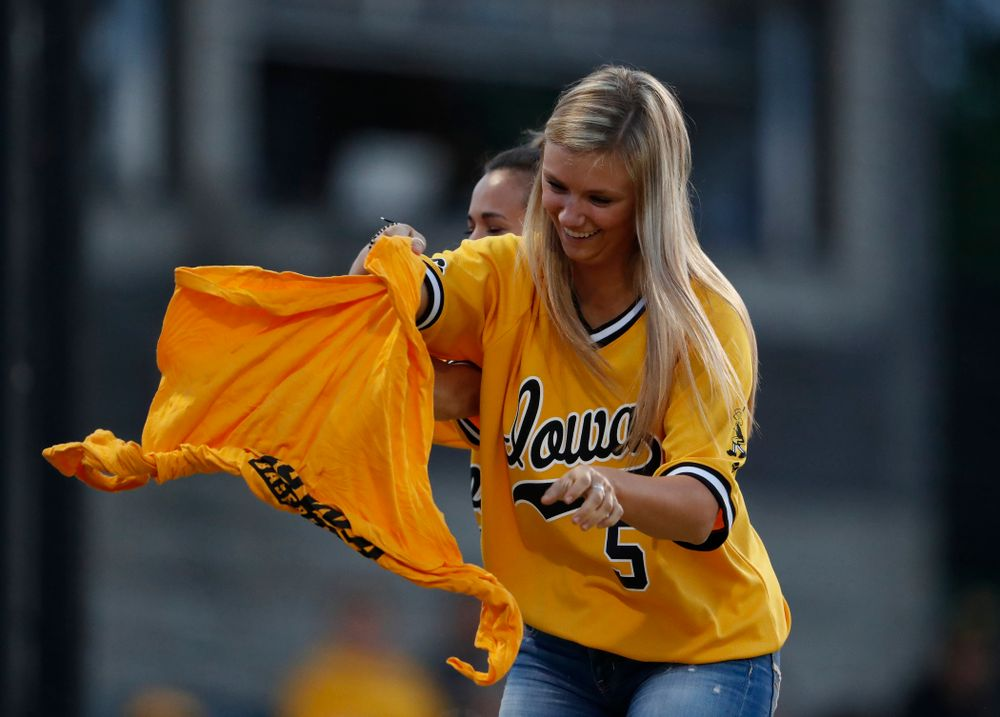 T-Shirt untie contest against the Penn State Nittany Lions Saturday, May 19, 2018 at Duane Banks Field. (Brian Ray/hawkeyesports.com)