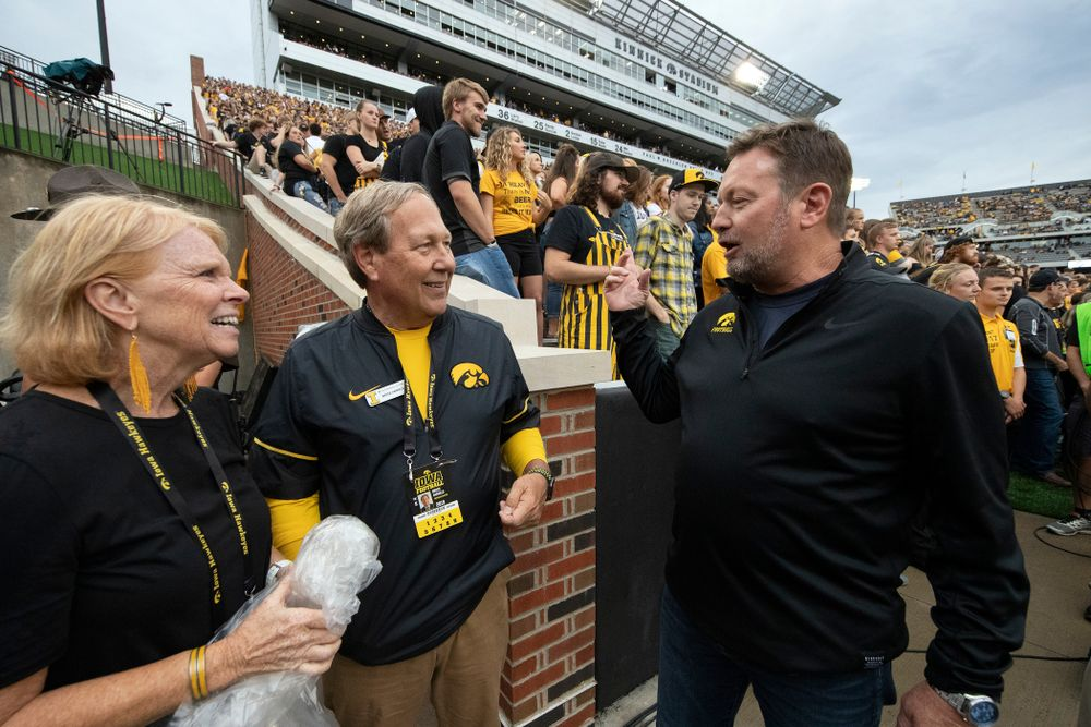 University of Iowa President Bruce Harreld and his wife talk with honorary captain Bob Stoops before the Iowa Hawkeyes game against the Miami RedHawks Saturday, August 31, 2019 at Kinnick Stadium in Iowa City. (Brian Ray/hawkeyesports.com)