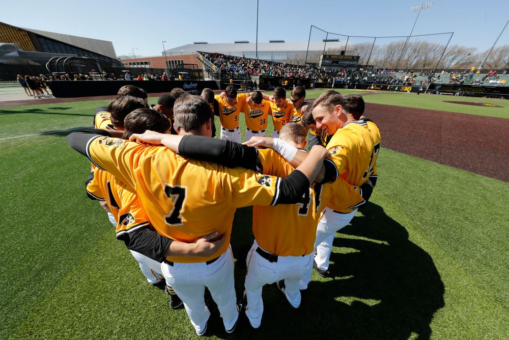 The Iowa Hawkeyes gather before their game against the Michigan Wolverines Sunday, April 29, 2018 at Duane Banks Field. (Brian Ray/hawkeyesports.com)
