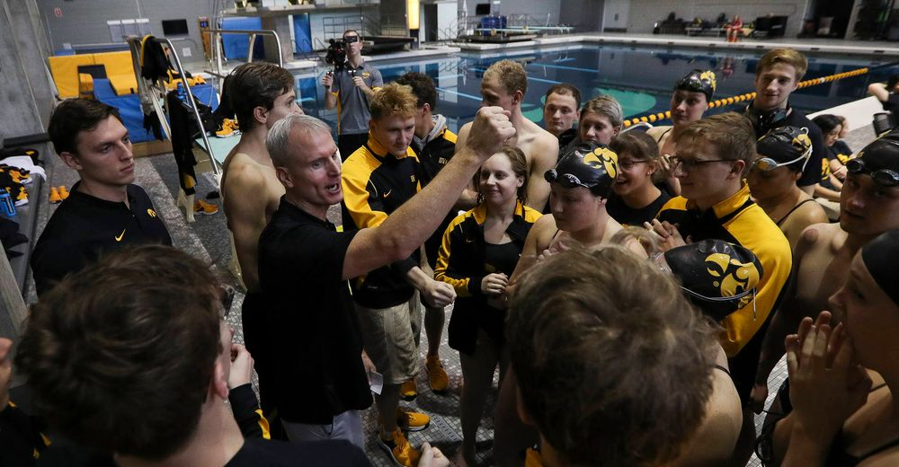 Iowa head coach Marc Long addresses his team during a brief intermission during a meet against Michigan and Denver at the Campus Recreation and Wellness Center on November 3, 2018. (Tork Mason/hawkeyesports.com)