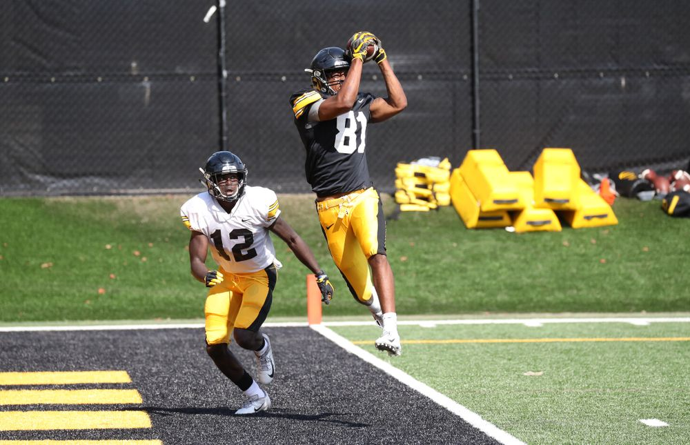 WR Desmond Hutson (81) catches a TD during 1-on1's