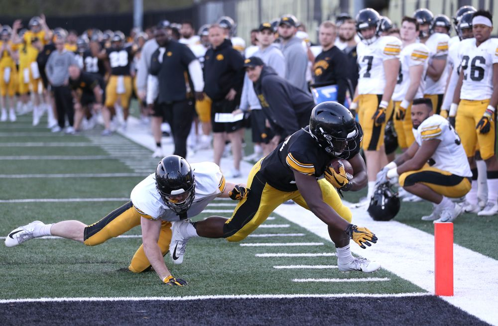 Iowa Hawkeyes running back Shadrick Byrd scores a touchdown during the teamÕs final spring practice Friday, April 26, 2019 at the Kenyon Football Practice Facility. (Brian Ray/hawkeyesports.com)