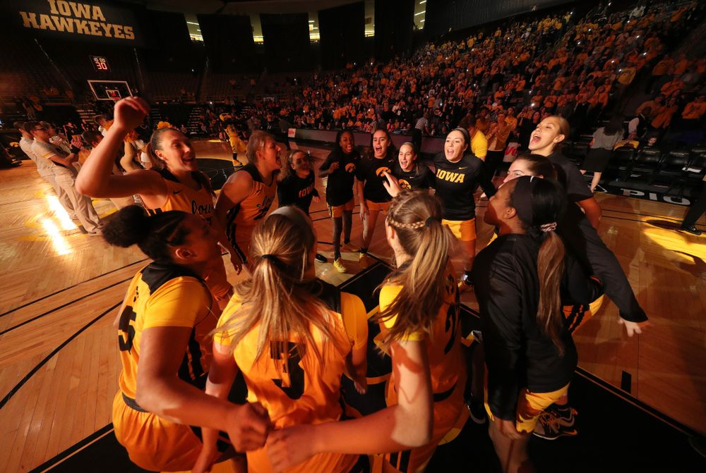 The Iowa Hawkeyes gather before their game against the Maryland Terrapins Thursday, January 9, 2020 at Carver-Hawkeye Arena. (Brian Ray/hawkeyesports.com)