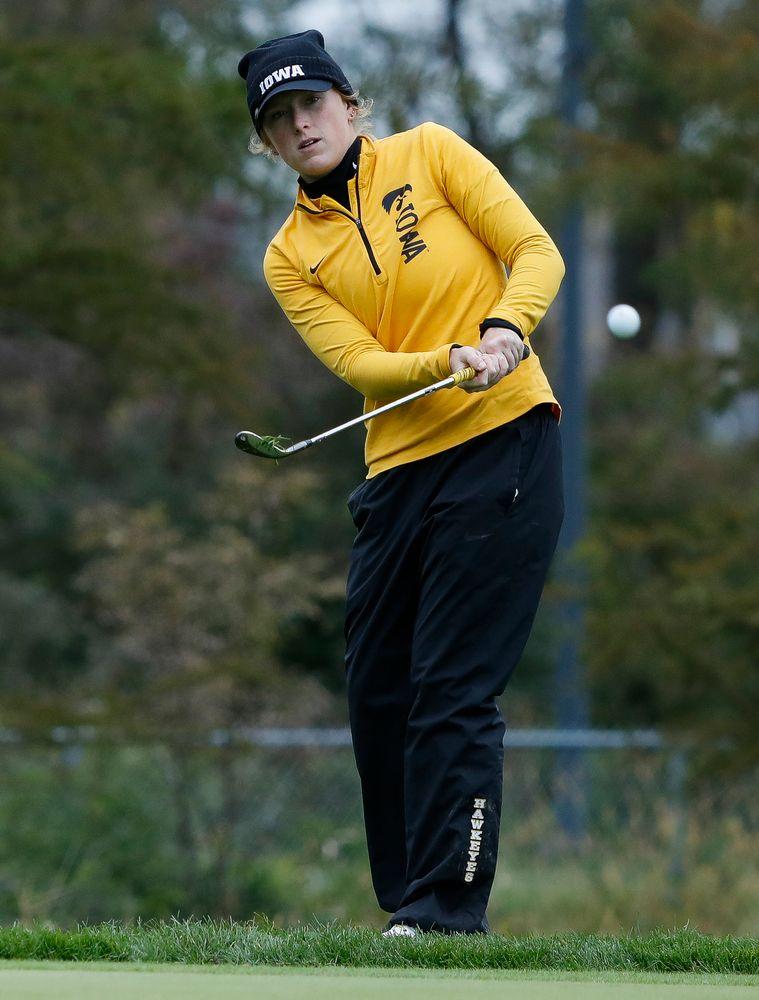 Iowa's Kristin Glesne chips onto the green during the Diane Thomason Invitational at Finkbine Golf Course on September 29, 2018. (Tork Mason/hawkeyesports.com)