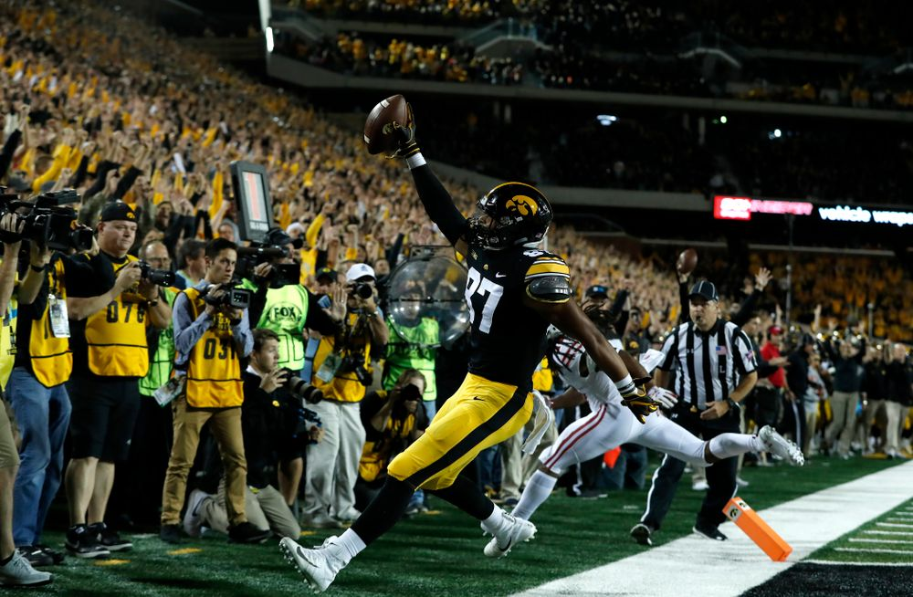 Iowa Hawkeyes tight end Noah Fant (87) scores against the Wisconsin Badgers Saturday, September 22, 2018 at Kinnick Stadium. (Brian Ray/hawkeyesports.com)