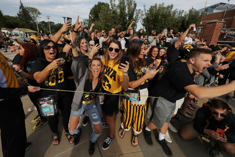 Fans cheer as the Iowa Hawkeyes arrive for their game against the Rutgers Scarlet Knights Saturday, September 7, 2019 at Kinnick Stadium. (Brian Ray/hawkeyesports.com)