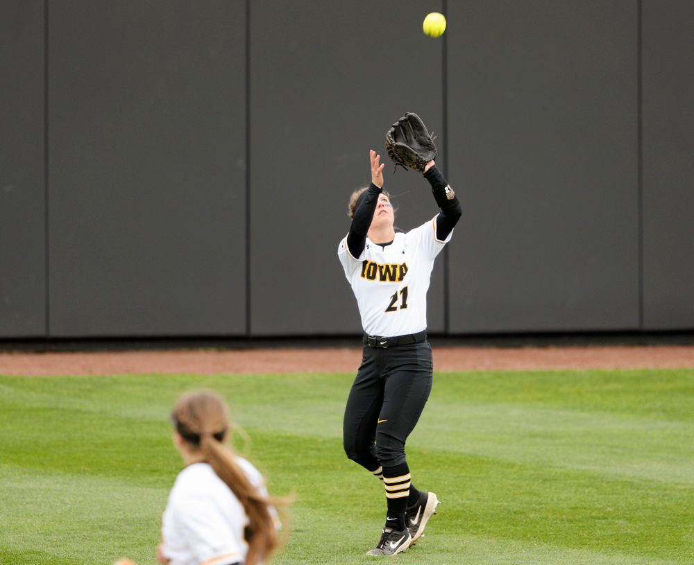Iowa center fielder Havyn Monteer (21) pulls in a fly ball for an out during the fourth inning of their game against Illinois at Pearl Field in Iowa City on Friday, Apr. 12, 2019. (Stephen Mally/hawkeyesports.com)