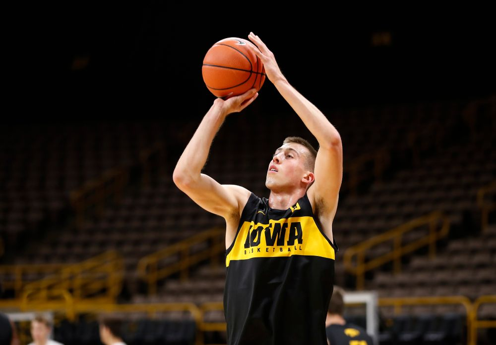 Iowa Hawkeyes guard Joe Wieskamp (10) pulls up for a shot during the first practice of the season Monday, October 1, 2018 at Carver-Hawkeye Arena. (Brian Ray/hawkeyesports.com)