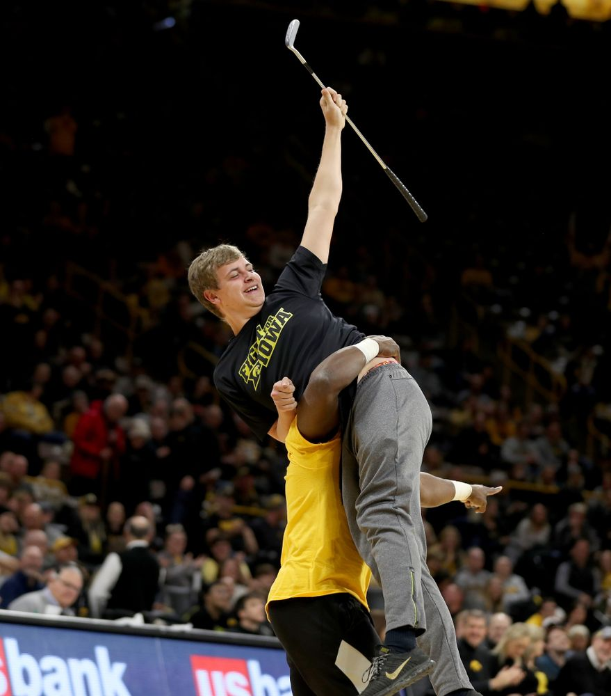 Cross Court Putt Challenge winner against the Michigan Wolverines Friday, January 17, 2020 at Carver-Hawkeye Arena. (Brian Ray/hawkeyesports.com)