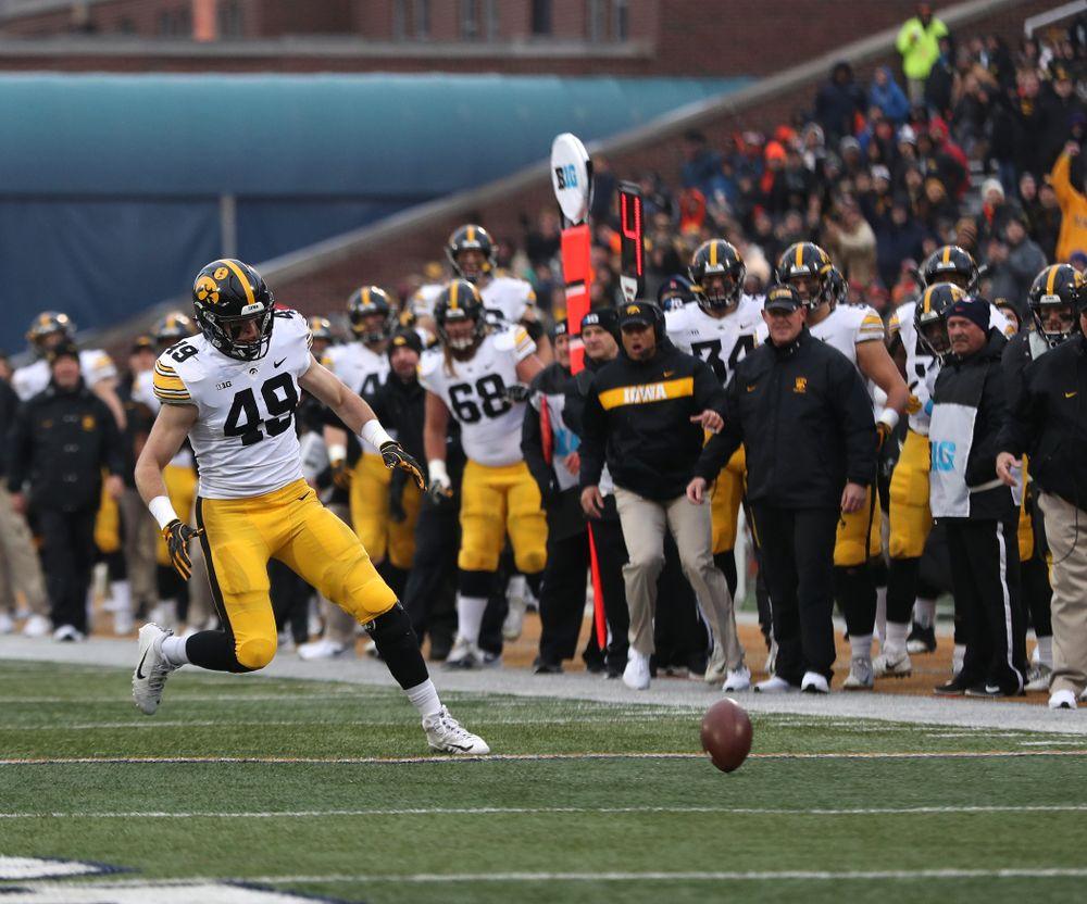 Iowa Hawkeyes linebacker Nick Niemann (49) recovers a blocked punt against the Illinois Fighting Illini Saturday, November 17, 2018 at Memorial Stadium in Champaign, Ill. (Brian Ray/hawkeyesports.com)