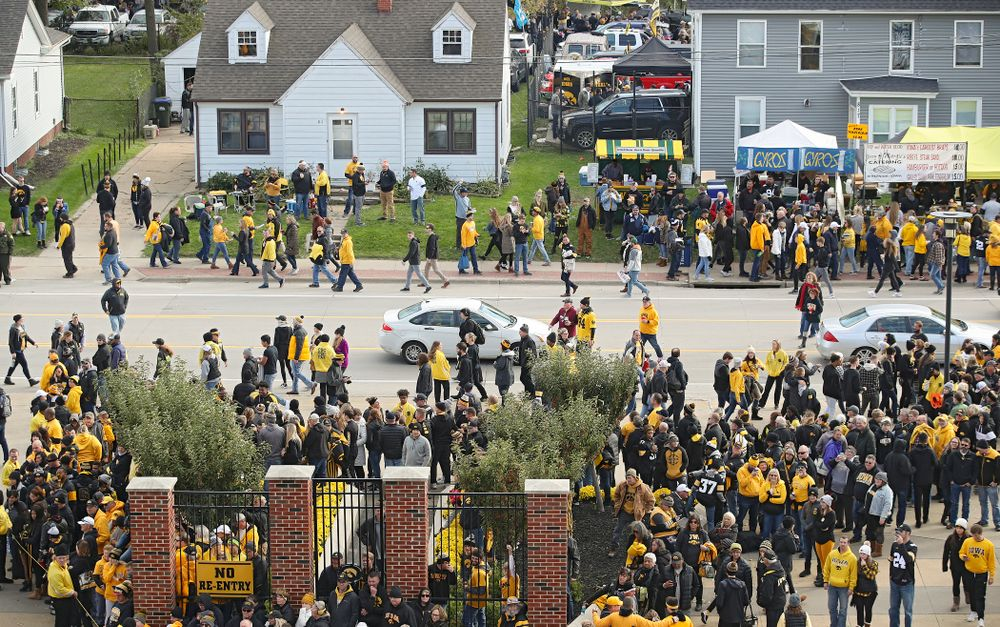 Fans walk along Melrose Avenue before the game at Kinnick Stadium in Iowa City on Saturday, Oct 12, 2019. (Stephen Mally/hawkeyesports.com)