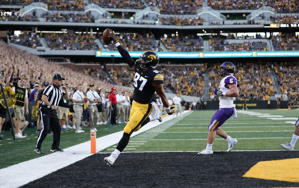 Iowa Hawkeyes tight end Noah Fant (87) scores against the Northern Iowa Panthers Saturday, September 15, 2018 at Kinnick Stadium. (Max Allen/hawkeyesports.com)