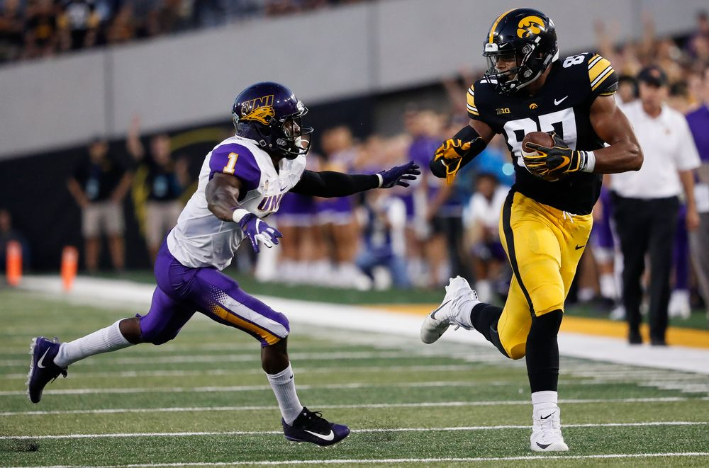 Iowa Hawkeyes tight end Noah Fant (87) runs the ball after making a reception during a game against Northern Iowa at Kinnick Stadium on September 15, 2018. (Tork Mason/hawkeyesports.com)
