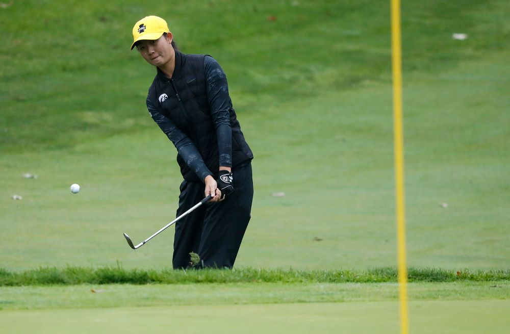 Iowa's Sophie Liu chips onto the green during the final round of the Diane Thomason Invitational at Finkbine Golf Course on September 30, 2018. (Tork Mason/hawkeyesports.com)