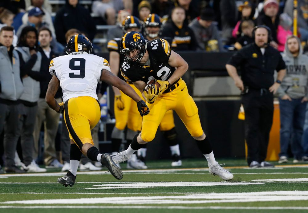 Iowa Hawkeyes tight end Shaun Beyer (42) during the final spring practice Friday, April 20, 2018 at Kinnick Stadium. (Brian Ray/hawkeyesports.com)