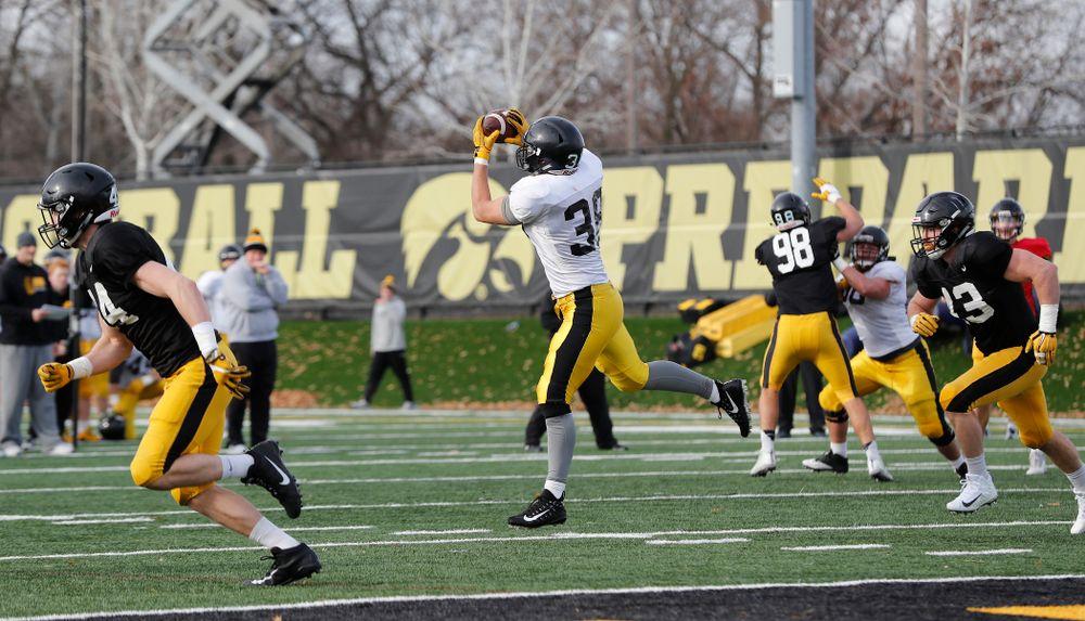 Iowa Hawkeyes tight end T.J. Hockenson (38)
