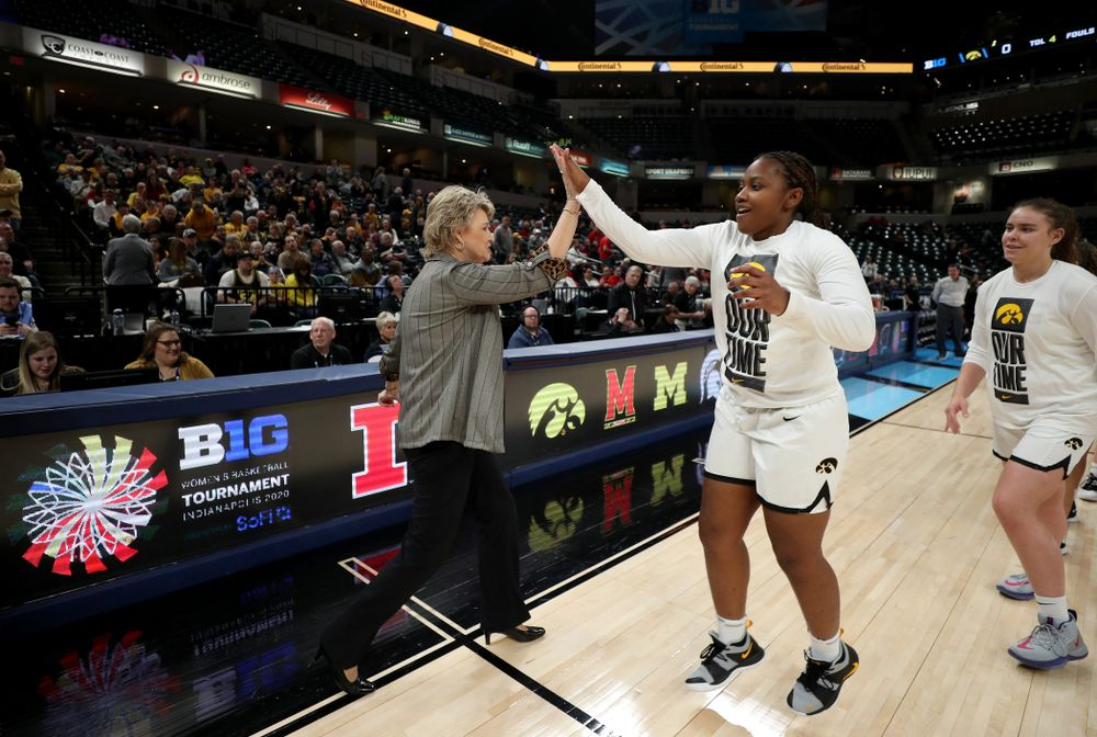 Iowa Hawkeyes head coach Lisa Bluder and guard Zion Sanders (21) against Ohio State in the quarterfinals of the Big Ten Basketball Tournament Friday, March 6, 2020 at Bankers Life Fieldhouse in Indianapolis. (Brian Ray/hawkeyesports.com)