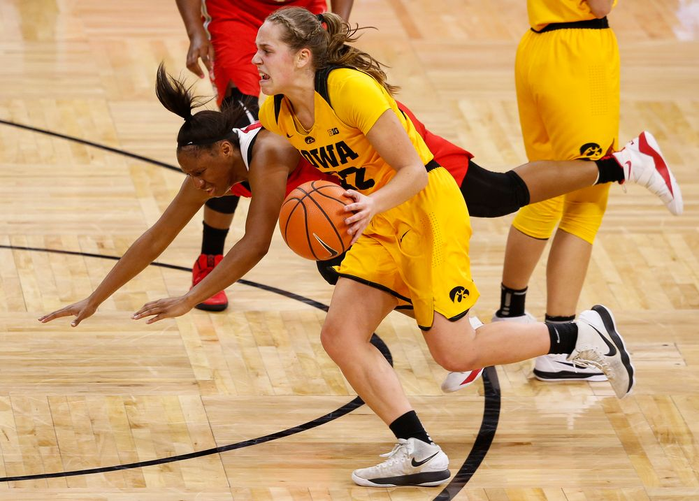 Iowa Hawkeyes guard Kathleen Doyle (22) drives into the lane during a game against the Ohio State Buckeyes at Carver-Hawkeye Arena on January 25, 2018. (Tork Mason/hawkeyesports.com)