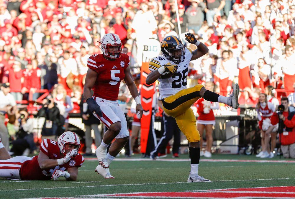 Iowa Hawkeyes running back Akrum Wadley (25)