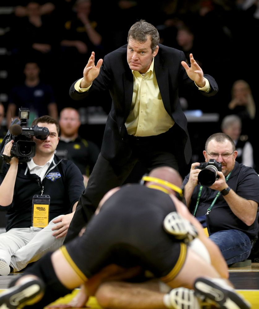 Iowa head coach Tom Brands yells to  Alex Marinelli as he wrestles Ohio State's Ethan Smith at 165 pounds Friday, January 24, 2020 at Carver-Hawkeye Arena. Marinelli won the match 14-10. (Brian Ray/hawkeyesports.com)