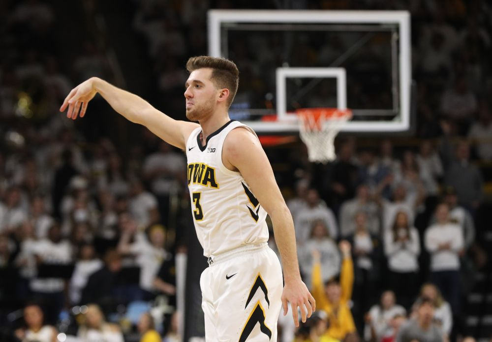 Iowa Hawkeyes guard Jordan Bohannon (3) knocks down a three point basket against the Illinois Fighting Illini Sunday, January 20, 2019 (Brian Ray/hawkeyesports.com)