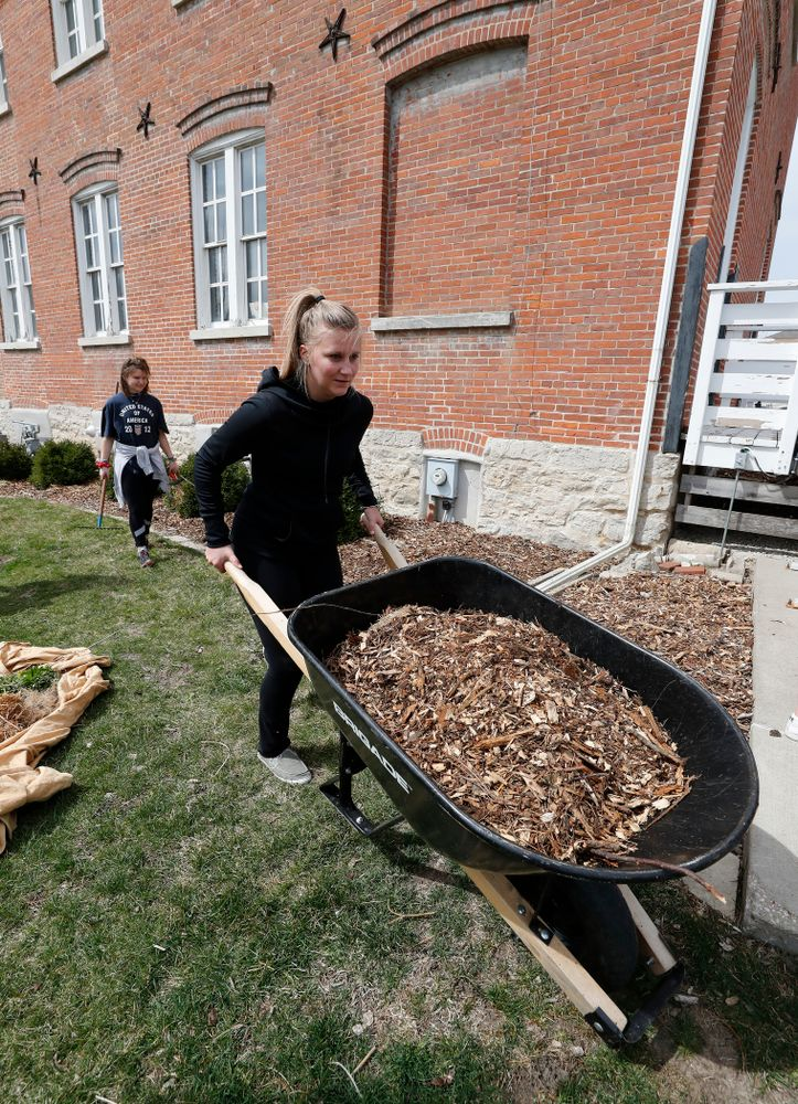 Members of the Iowa Field Hockey Team  volunteer during the Iowa Athletics Department's annual Day of Caring Sunday, April 22, 2018. (Brian Ray/hawkeyesports.com)