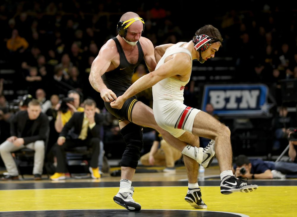 Iowa's Alex Marinelli wrestles Ohio State's Ethan Smith at 165 pounds Friday, January 24, 2020 at Carver-Hawkeye Arena. Marinelli won the match 14-10. (Brian Ray/hawkeyesports.com)