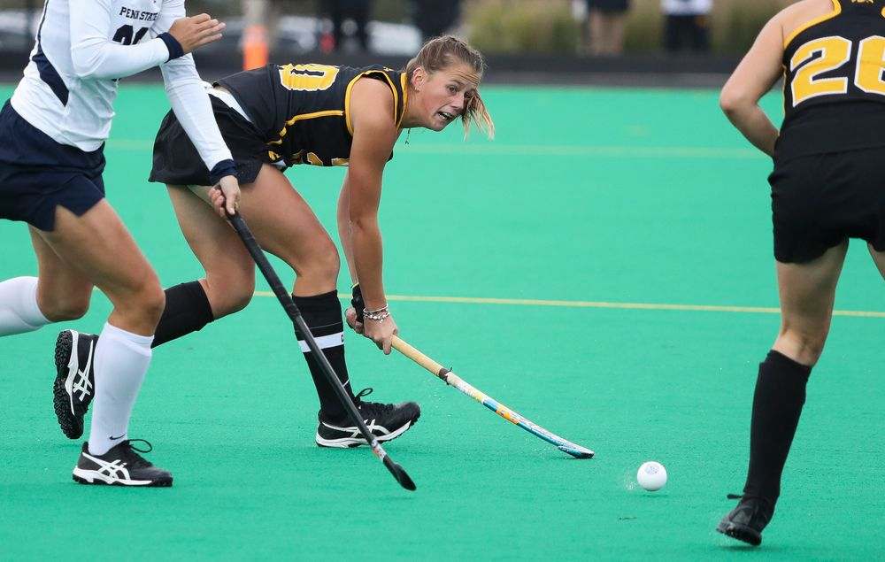 Iowa Hawkeyes midfielder Sophie Sunderland (20) passes the ball during a game against No. 6 Penn State at Grant Field on October 12, 2018. (Tork Mason/hawkeyesports.com)