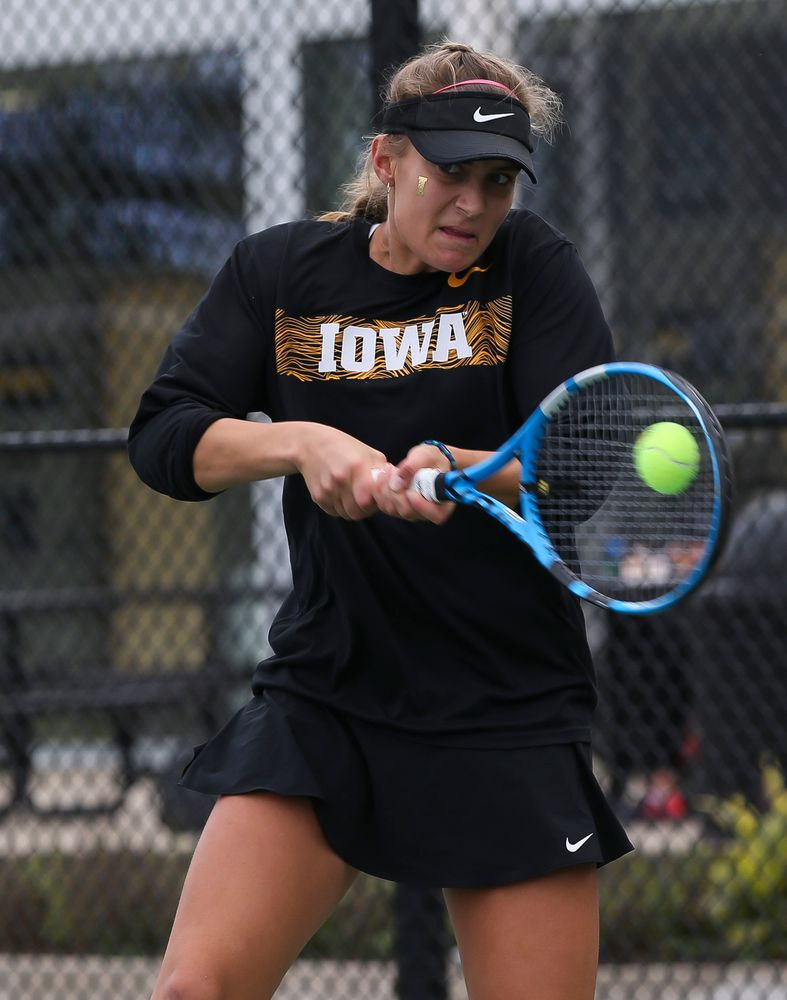 Ashleigh Jacobs returns a shot in a singles match during the second day of the ITA Central Regional Championships at the Hawkeye Tennis and Recreation Complex on October 13, 2018. (Tork Mason/hawkeyesports.com)