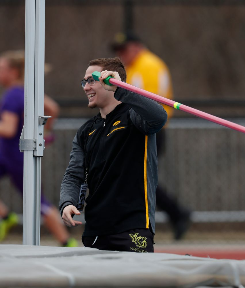 Iowa Wrestling's Spencer Lee works the high jump as he volunteers during the 2018 MUSCO Twilight Invitational  Thursday, April 12, 2018 at the Cretzmeyer Track. (Brian Ray/hawkeyesports.com)